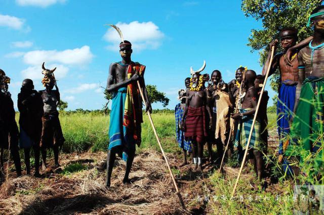 非洲部落女嘴上装巨大泥盘,吃饭困难,只有发生这件事才能取下来