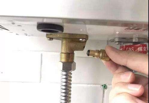 8,关闭燃气热水器出水阀门,排完水后将进水滤网和放水螺栓重新安装好图片