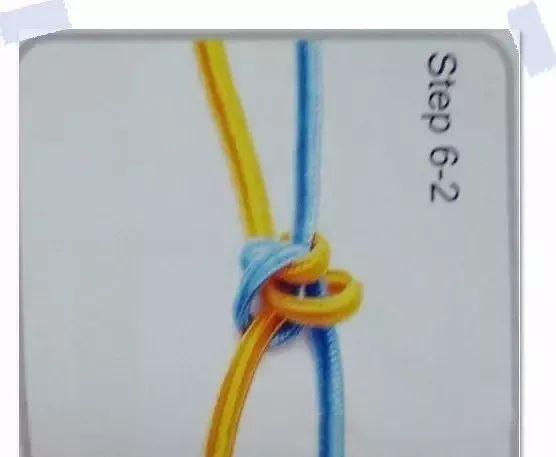 红绳手链编法图解第七步:对折金刚结,用小夹子夹好(我的小技巧),取