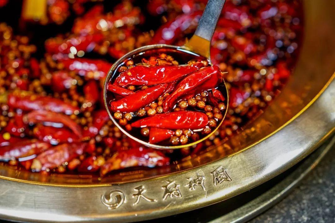 煮进 秘制排骨和 虾滑等特色菜品,香味一点一点喷发出来,太诱人!
