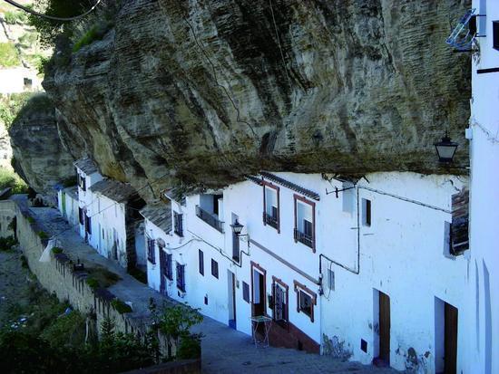 西班牙有一奇特小镇 大山压顶两万年!