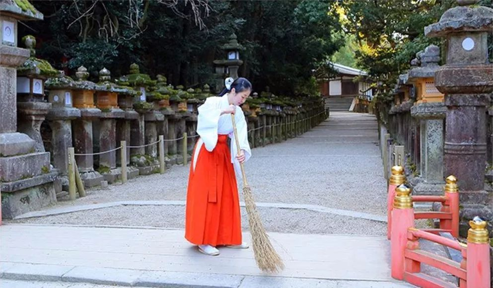 当你还在体验和服的时候,她们已经在神社里当上巫女了