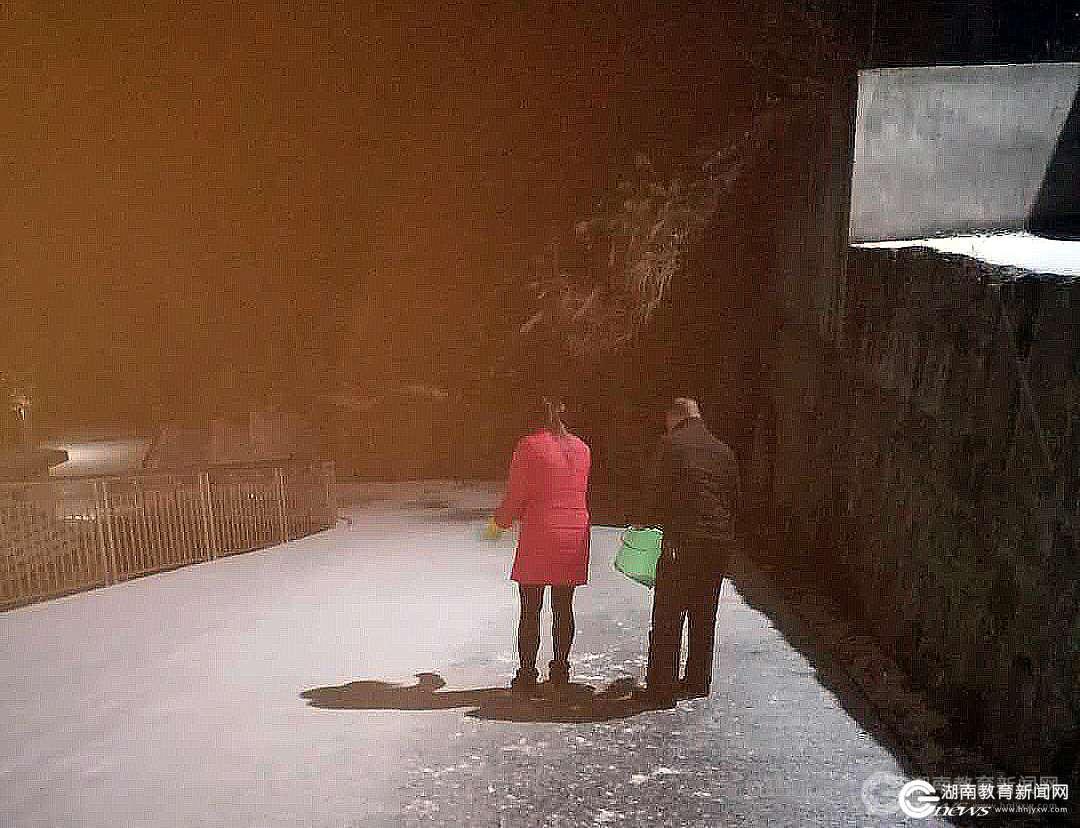 杨启军_凌晨五点,泸溪县第一中学校长杨启军带领值守人员开展撒盐除冰作业