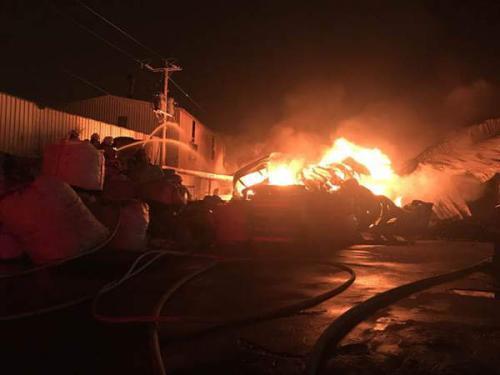 台湾桃园30日凌晨再起大火 烧毁铁皮屋仓库