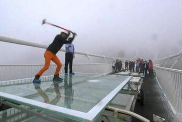 中国修玻璃栈桥被印度嘲笑,网友怒了:给你铁锤都砸不烂!