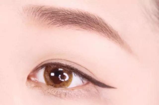step  :用棕色眼线液笔在上眼尾画一条拉长的眼线,眼线要微微上扬.