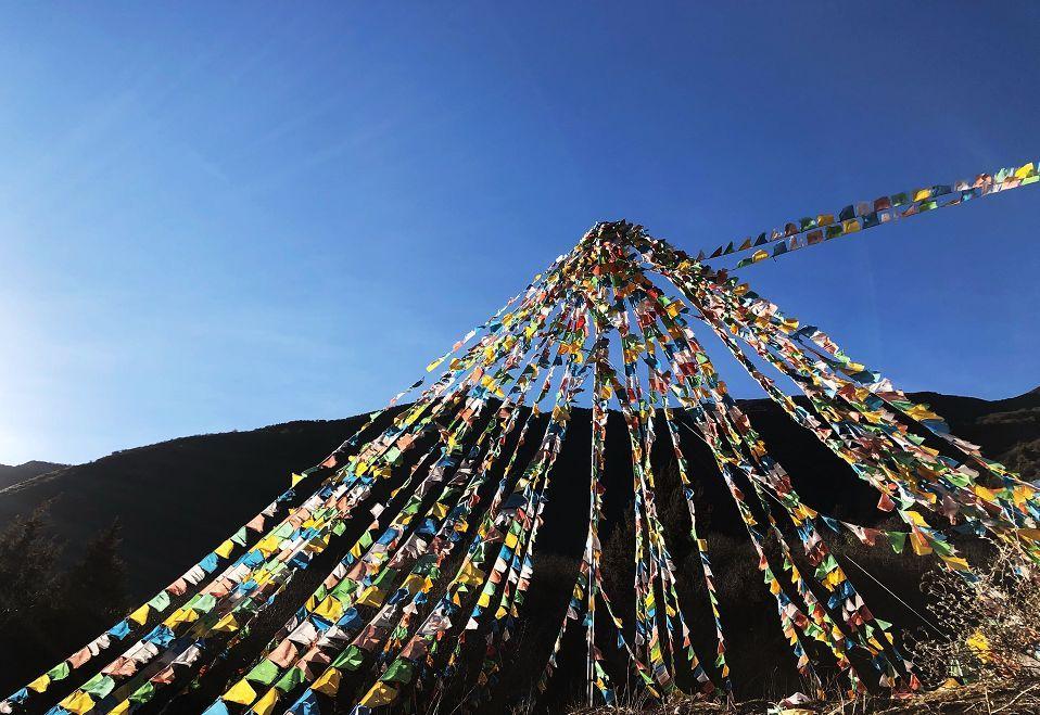 每道沟内都有藏式特色的风马旗,小白塔,可以深入感受藏族人对信仰的