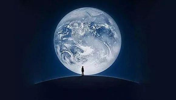 微信启动界面中是哪个人站在哪个星球上?图片