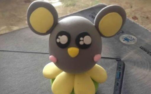 原标题:【创意手工】橡皮泥小老鼠 橡皮泥是孩子们喜欢的玩具之一,它的颜色丰富多彩,可以捏出各种各样的形状,充满了趣味性。今天小编就用橡皮泥带孩子们做一只萌萌的小老鼠,用来装饰自己的书桌吧!准备的材料也非常简单,只需要一些彩色橡皮泥。 手工过程 准备白色、黄色、黑色的橡皮泥,分别捏成大小不同的圆饼形状,把黄色橡皮泥叠加在白色橡皮泥上面,备用。