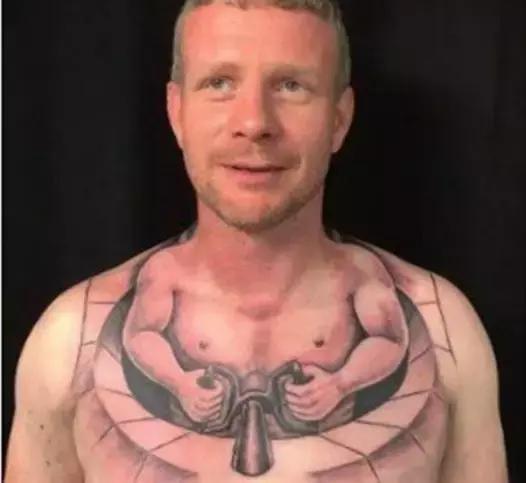 现在却已经在网络上成了网红,说成了网红,其实就是他胸前的纹身