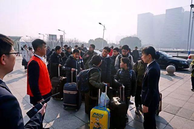2月1日9点30分,康乐学子们准时到达南通站,南通火车站的工作人员为