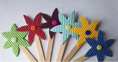 卡纸,剪刀,酒精胶,铅笔 制作步骤: 放在瓦楞纸上面,对着剪出多个花朵