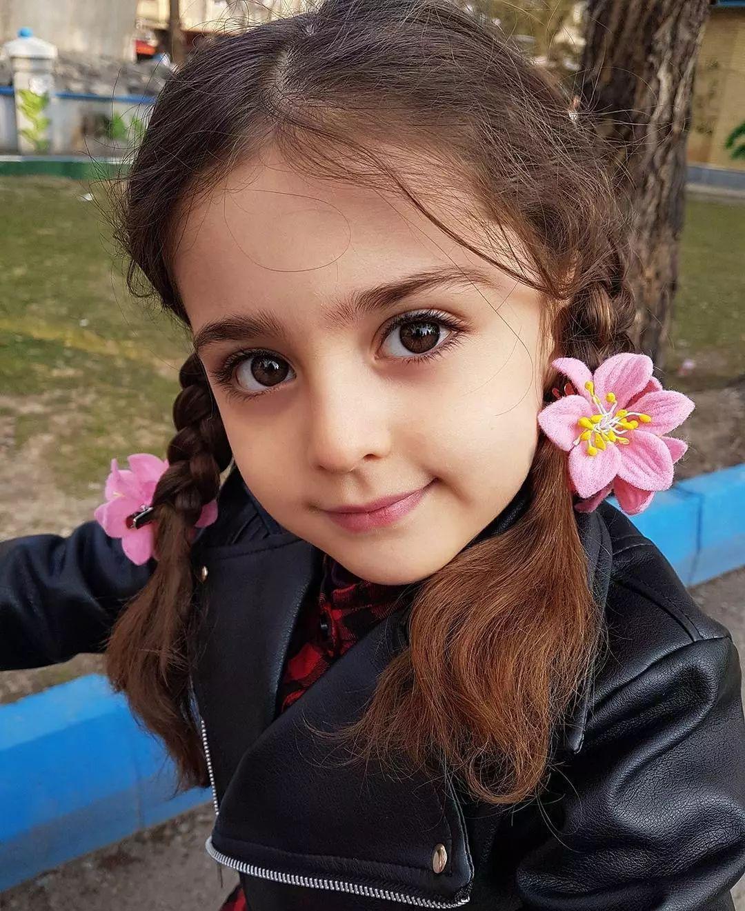 今天给大家介绍一个超美的小萝莉,名字叫mahdis mohammadi.图片