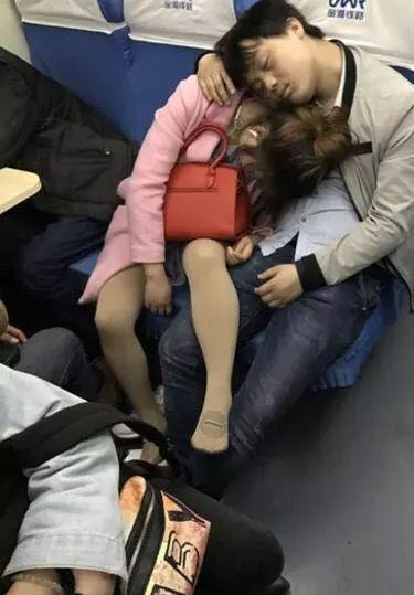 """盘点春运火车上各种""""奇葩""""睡觉姿势."""