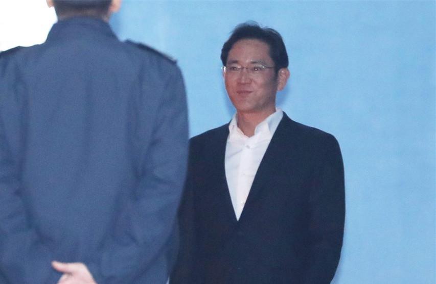 三星太子李在镕被关一年后获释_强忍微笑
