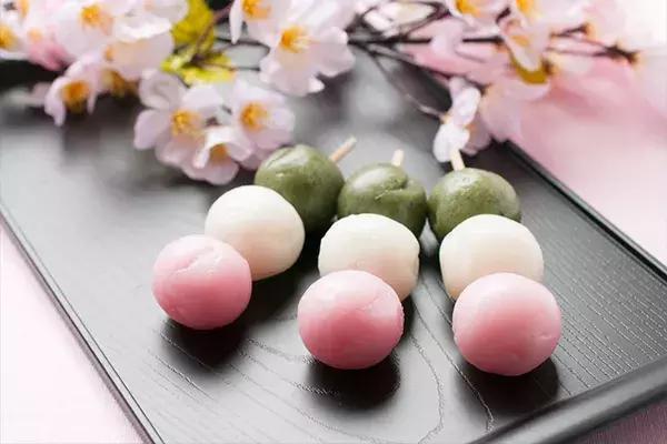 三色丸子_在春天赏樱时人们会食用三色的花见团子,秋天赏月时则会配上白白胖胖