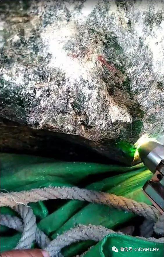 缅甸帕敢捡矿人倒废土发现时1466公斤翡翠原石,穷汉变