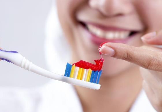 不明白为什么有人会用牙膏涂脸来