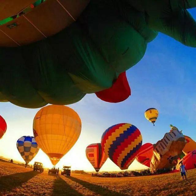 距离马尼拉一个半小时车程的邦板牙省克拉克地区,每年2月都会举办盛大的国际热气球节(Philippine International Hot Air Balloon),不仅有各式的热气球,还有独具民族特色的表演。