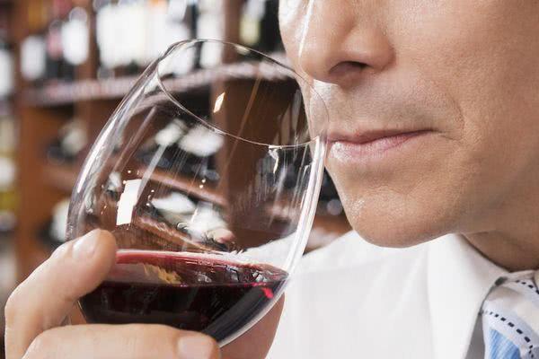 酒涩网外国_尝味道:喝一小口酒,在舌间打转,年轻的葡萄酒单宁是新涩的,它会随着
