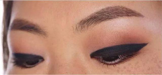 单眼皮的上眼皮比较厚,画粗眼线很容易糊掉图片