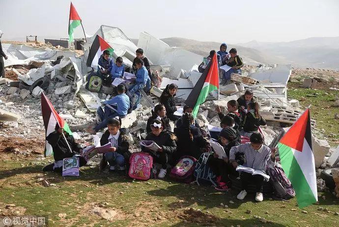 崂山城强拆部队_巴勒斯坦学校遭以色列部队强拆 儿童坐废墟上看书