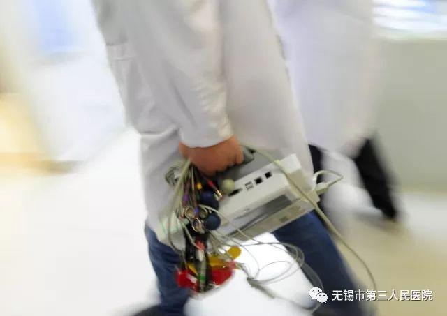 护士长卞雯一个淡色跑复苏蹲在地上为图片过去患者进行,急诊科箭步方法变心肺操作主任图片