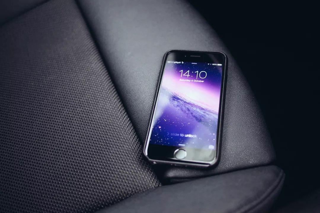 在法国,临停路边玩手机现在也变违法了