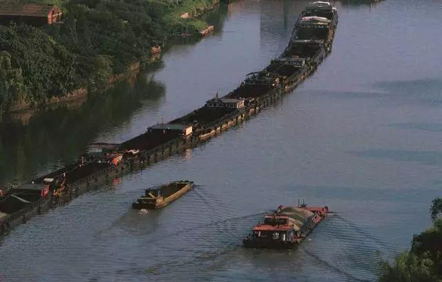 总结一下要点:华北平原独有的地理构造决定了北京和济南之间广阔的地域在金朝之前因为黄泛而无法发展出大的城市。后因漕运发展出保定,因漕运转海运又发展出天津。
