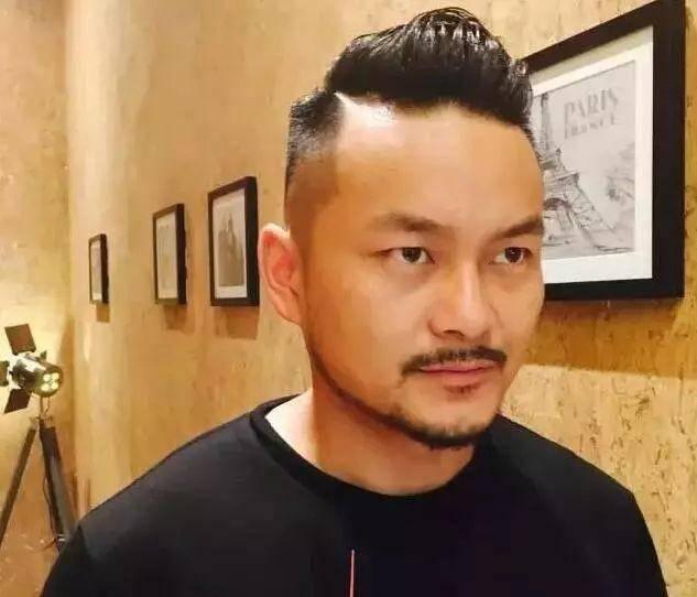 鬓角白�y�+�.�9.b9c��f�_不要把侧边全剃掉 我们说的铲青,只是把耳际上和鬓角边的头发剃短