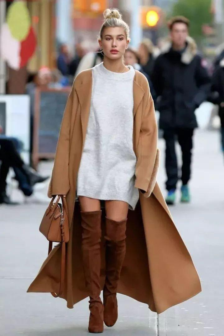 深色大衣的同色系搭配图片