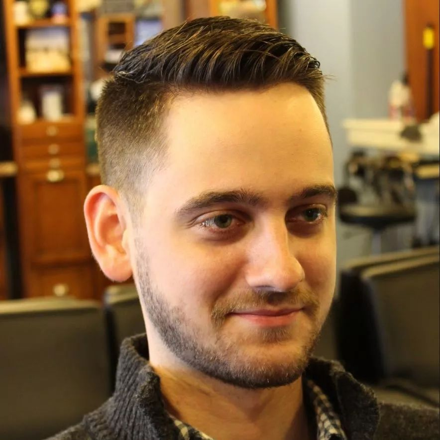 当然除了极短的「渐变式发型」,「小平头」也很不错,毕竟还没到谢顶的图片