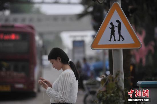 小学生作文吐槽父母:你就会玩手机,快成手机的爸爸了
