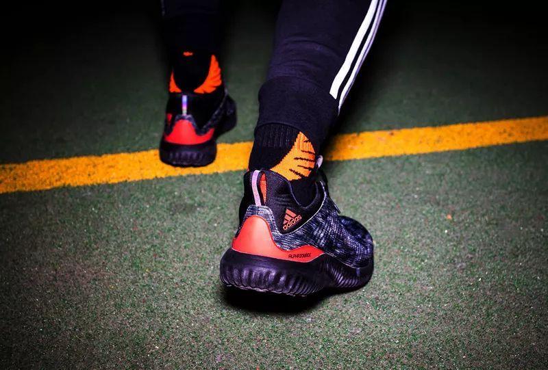 阿迪达斯椰子和 UB,这双鞋款也在街头蹿红!造型犀利还有狗年专属!