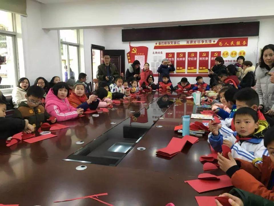 正文  春节是中国最富有特色的传统节日,为了让孩子们通过手工制作更