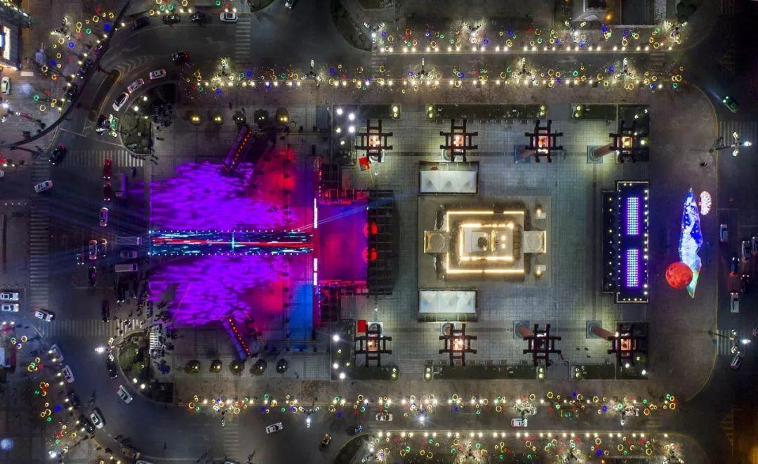 旅游 正文  大唐不夜城在约30万平方米的区域点亮灯光,嫁接高科技,在