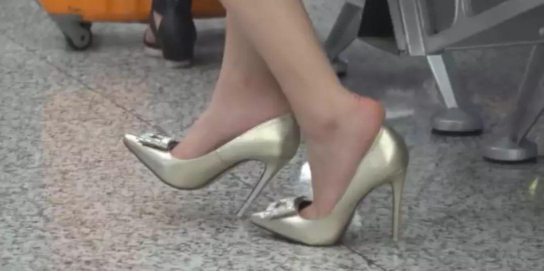 57撸百度知道_路途/ c/车站里的裸足高跟鞋