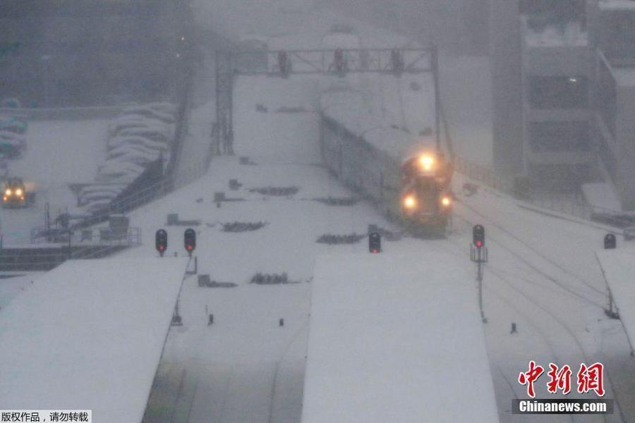 美国芝加哥遭暴风雪侵袭 深厚积雪阻塞交通