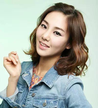 韩式短发烫发发型四:这款韩式短发将刘海别了上去,露出饱满的额头