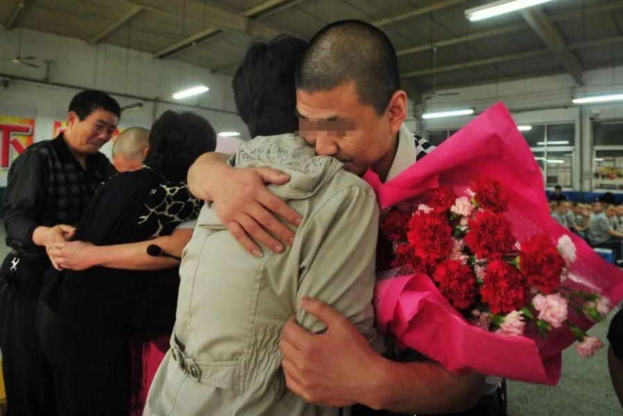 我做过十年狱警,陪过多名服刑人员回家过年 | 新京报专栏