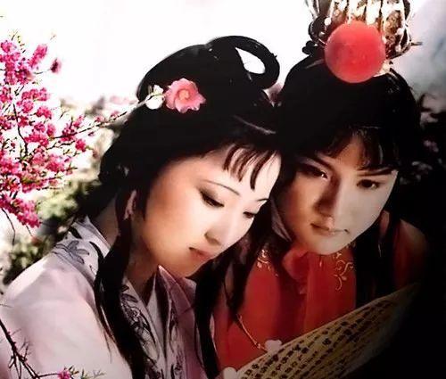 插图九:87版红楼梦剧照——宝黛读西厢