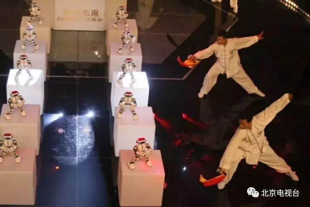 国内首台机器人春节晚会《智享未来——2018机器联欢