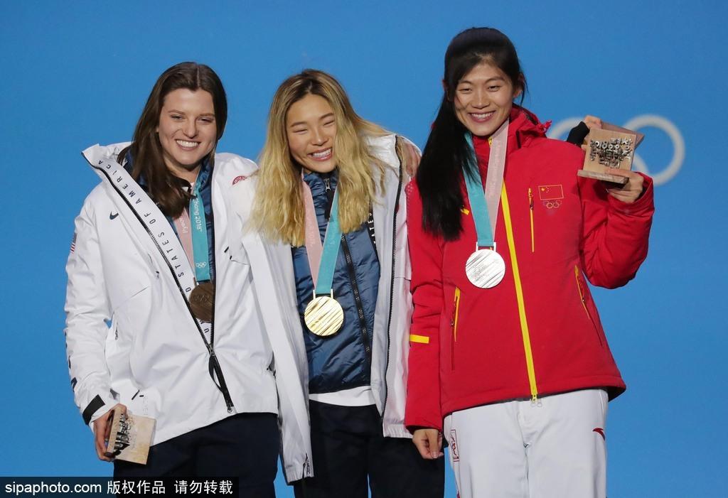 高清图:刘佳宇出席颁奖仪式 手拿奖牌心情激动
