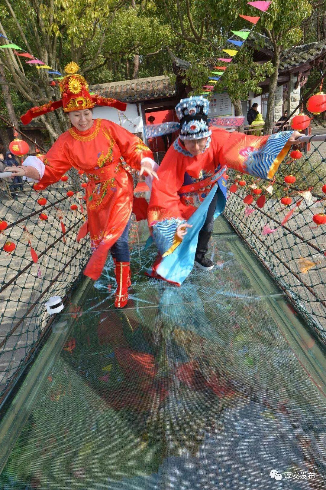 千岛湖景区造了一座5D水晶桥,结果第一脚就踩裂了……