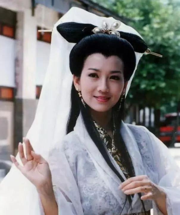 64岁赵雅芝秀美腿 肤白貌美活出20多岁的范儿