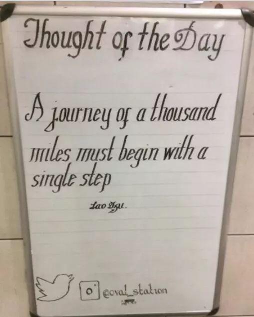 伦敦这个地铁站,通告板上为什么总有老子孔子的名言?