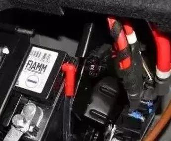 检查蓄电池的接线端子,使用铁刷子刷除接线端子上的积污.