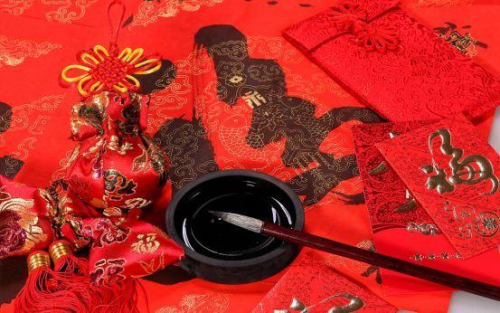 时尚 正文  写着福字的红色灯笼 像院里的大树开出的花朵 在新年缤纷