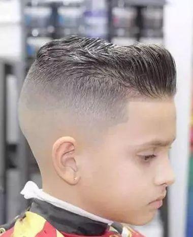 时尚 正文  锅盖头的男童发型,从正面看五官是比较端正,上面的一层图片