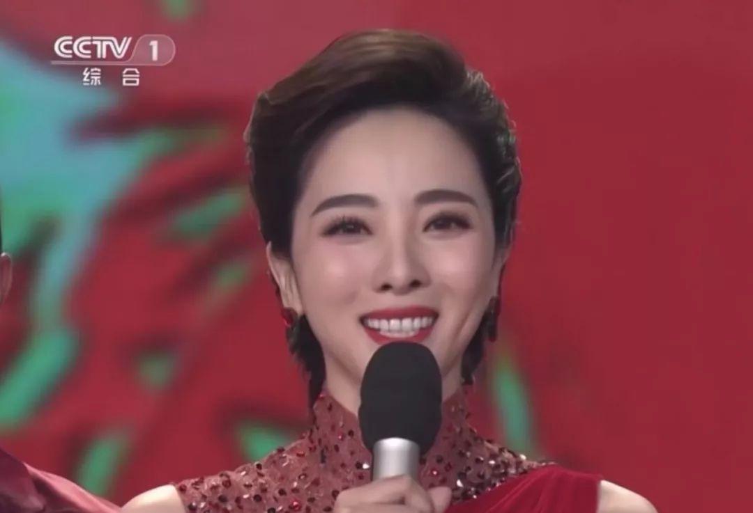 奔5的王菲成春晚最惊艳,那英李思思的眉毛亮了!